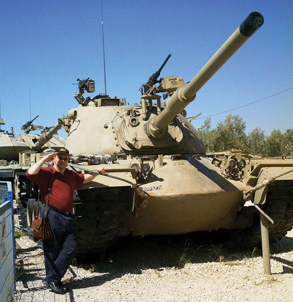 Адам стоит рядом с американским танком М48А3 Паттон в израильском музее танковых войск. Такой же танк он водил во время войны Судного дня.