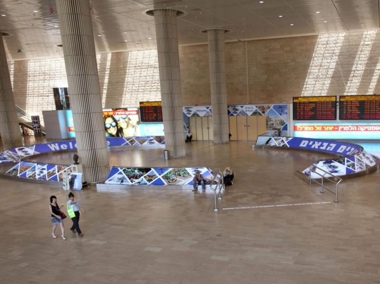 Аэропорт пуст, множество рейсов отменено